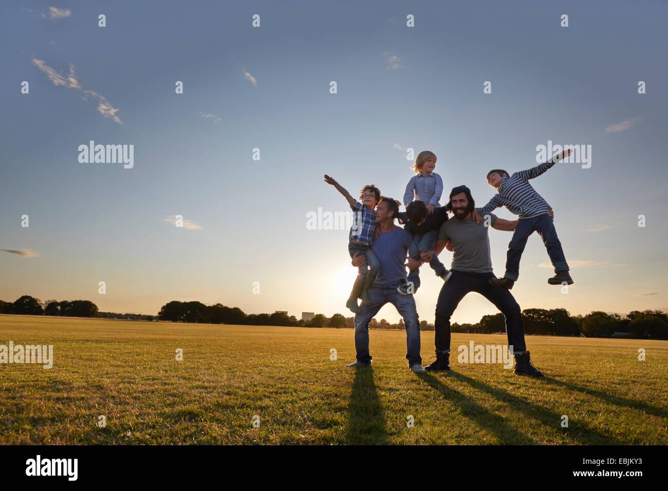 Familia disfrutando de actividades al aire libre en el parque Imagen De Stock