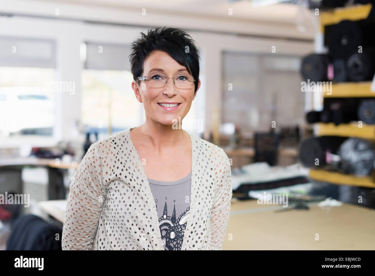 Retrato de madurar costurera en el taller Imagen De Stock