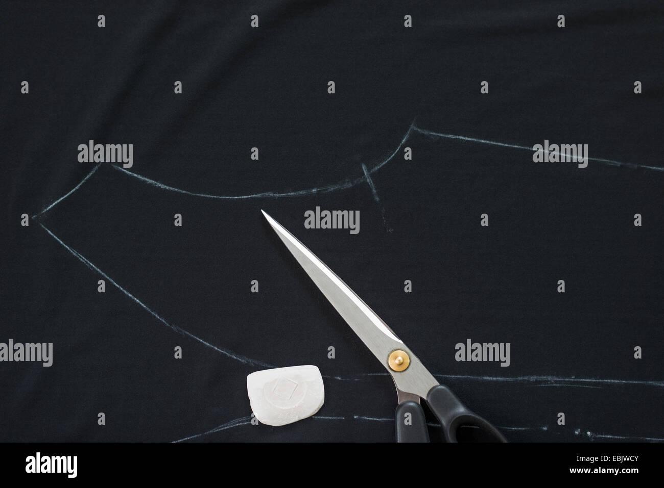 Costureras pautas esbozadas en tiza en negro en el taller textil Imagen De Stock