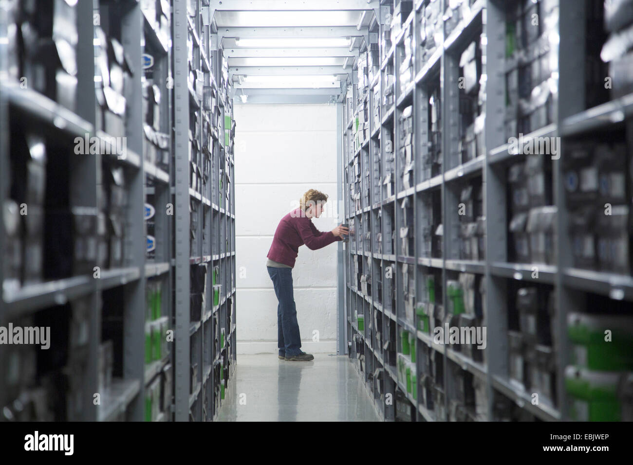 Trabajador buscando existencias en almacén Healthcare Imagen De Stock