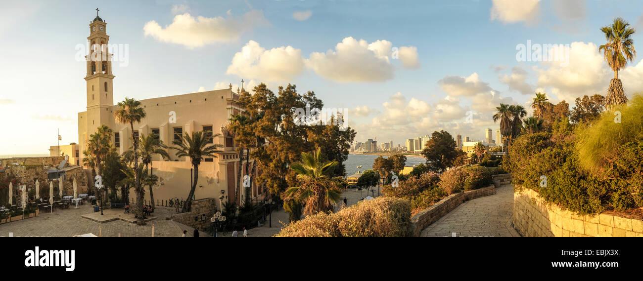 Panorama de la vieja Jaffa con la Iglesia y Monasterio de San Pedro a la izquierda. Tel Aviv se puede ver a distancia Imagen De Stock