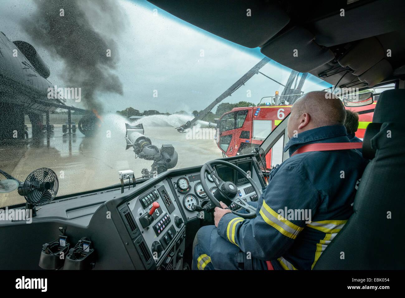 Bomberos en la cabina del camión de bomberos en el aeropuerto servicio de capacitación Imagen De Stock