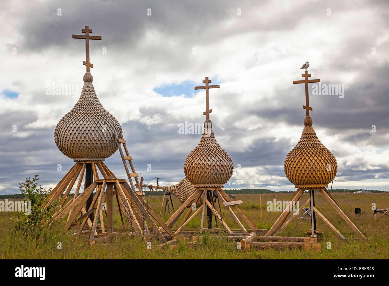 Workhop para madera ortodoxa iglesia domos, Rusia, oblast de Murmansk, Kola, Varzuga Imagen De Stock