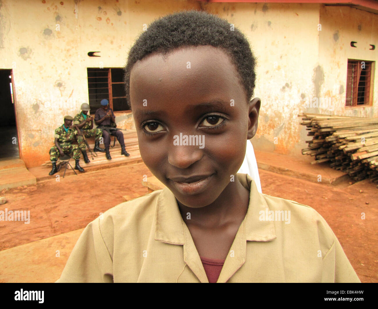 La guardia de honor del ejército de Burundi en los festejos por el Día Internacional de los Derechos Humanos (10 de diciembre de 2009), celebrado conjuntamente por el Gobierno de Burundi y la Oficina Integrada de la ONU en Burundi, un niño sonriente en primer plano, Burundi, Bujumbura rural, Kabezi Foto de stock