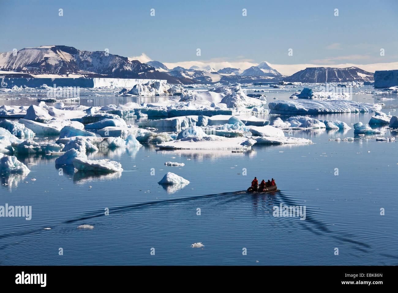 Viaje en balsa de goma entre los icebergs en el Mar de Weddell, en la Antártida Imagen De Stock
