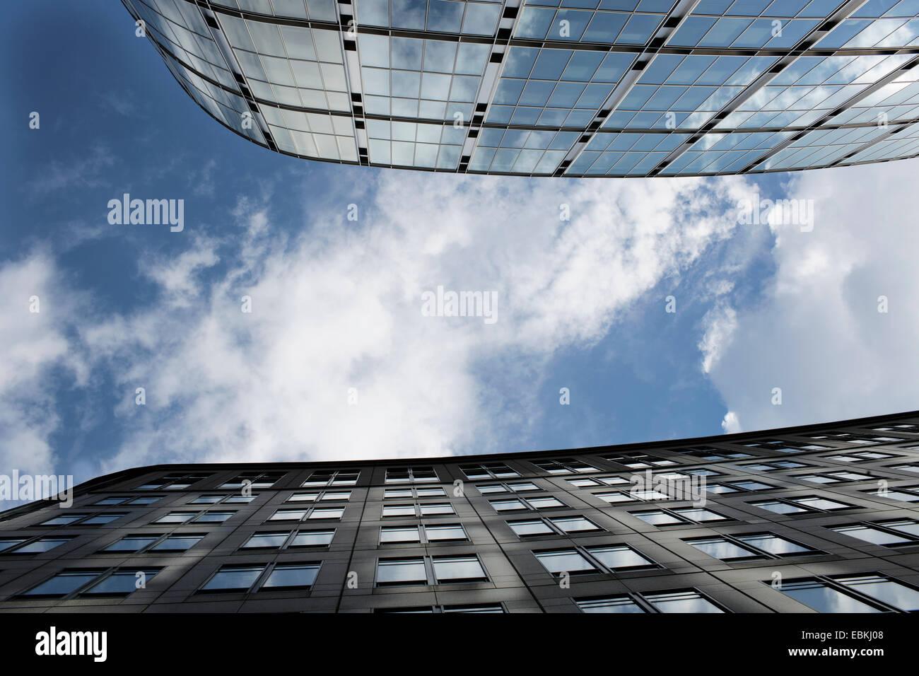 Mirando al cielo entre bloques de torre de cristal. Foto de stock