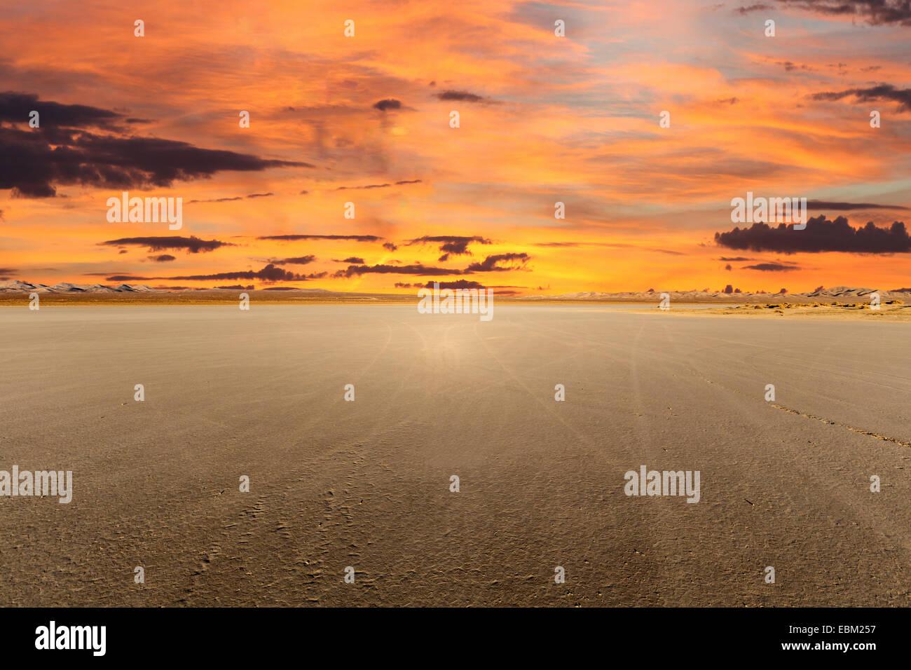 El Mirage Dry Lake con el atardecer en el desierto de Mojave de California Foto de stock