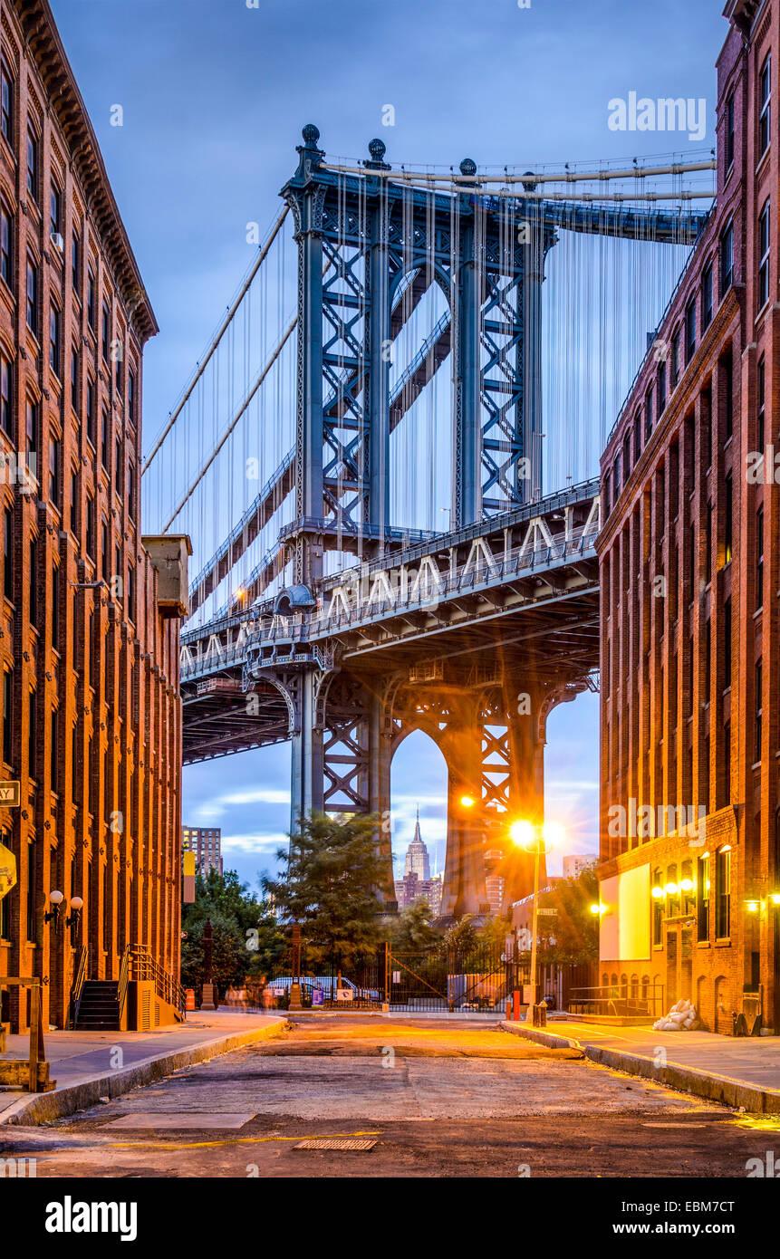 Paisaje urbano de Manhattan desde el puente de Brooklyn en Nueva York. Imagen De Stock
