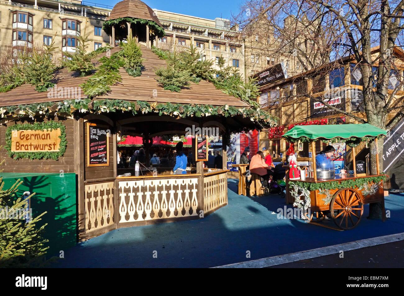 Edimburgo 2014 Mercado de Navidad en los jardines de Princes Street Edinburgh Escocia con puesto en el mercado alemán Imagen De Stock
