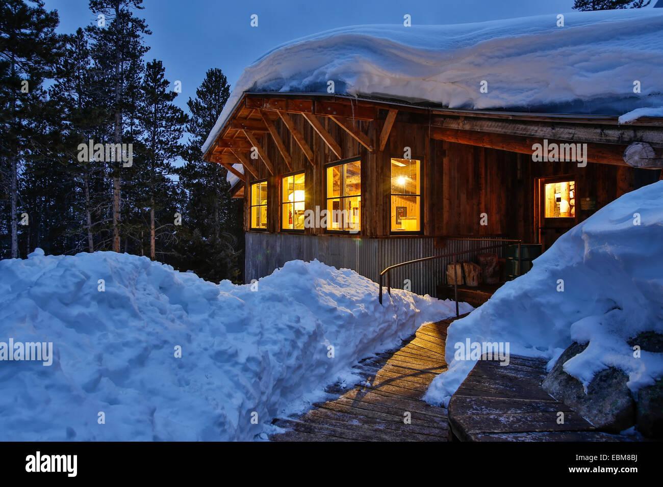 Cubiertas de nieve, Fritz Hut, Benito Cabañas, cerca de Aspen, Colorado, EE.UU. Foto de stock