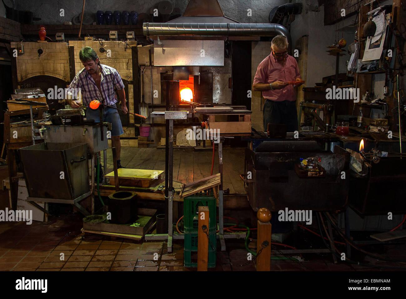 Glassblower, muestran una tienda de vidrio soplado de vidrio, en Bodenmais, Baviera, Alemania Imagen De Stock