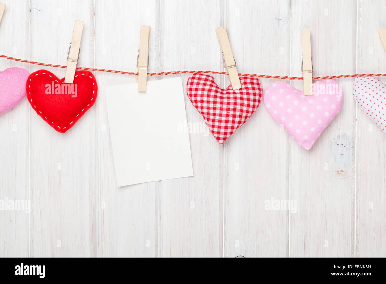 Marco de fotos y el día de Valentines toy corazones sobre fondo ...