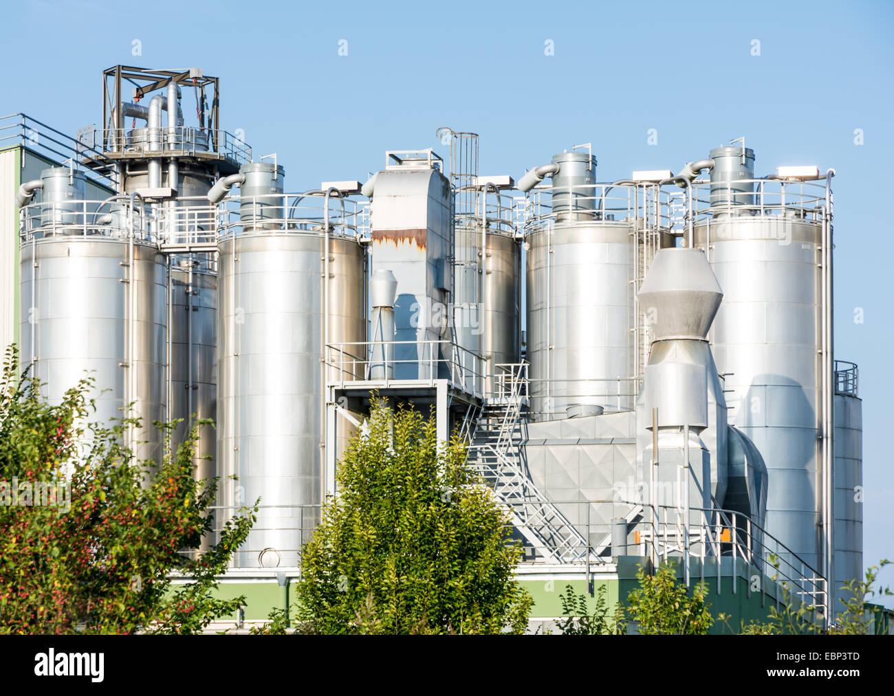 Los tanques de almacenamiento de una planta química Foto de stock