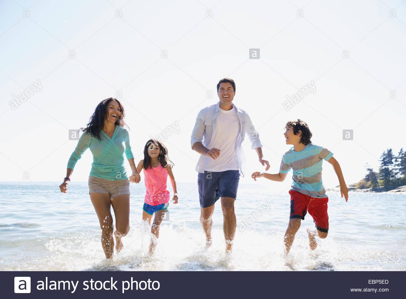 Familia bañándose en el océano Imagen De Stock