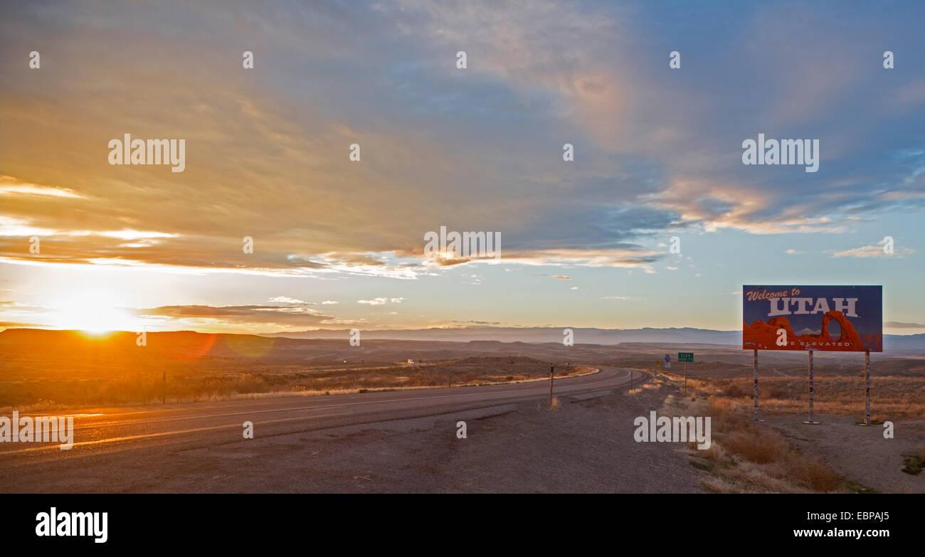 Cisco, Utah - Puesta de sol sobre la Interestatal 70, en la frontera Utah-Colorado. Foto de stock