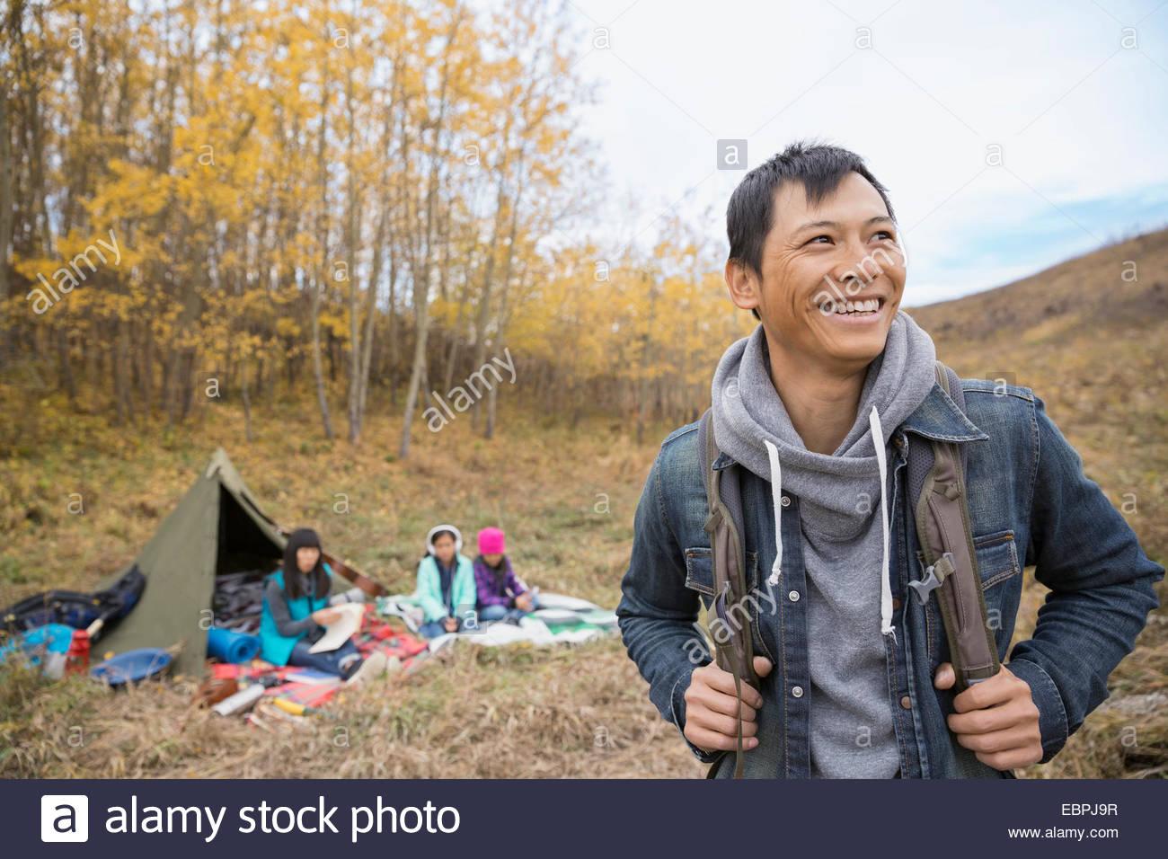 Hombre sonriente camping con la familia Imagen De Stock
