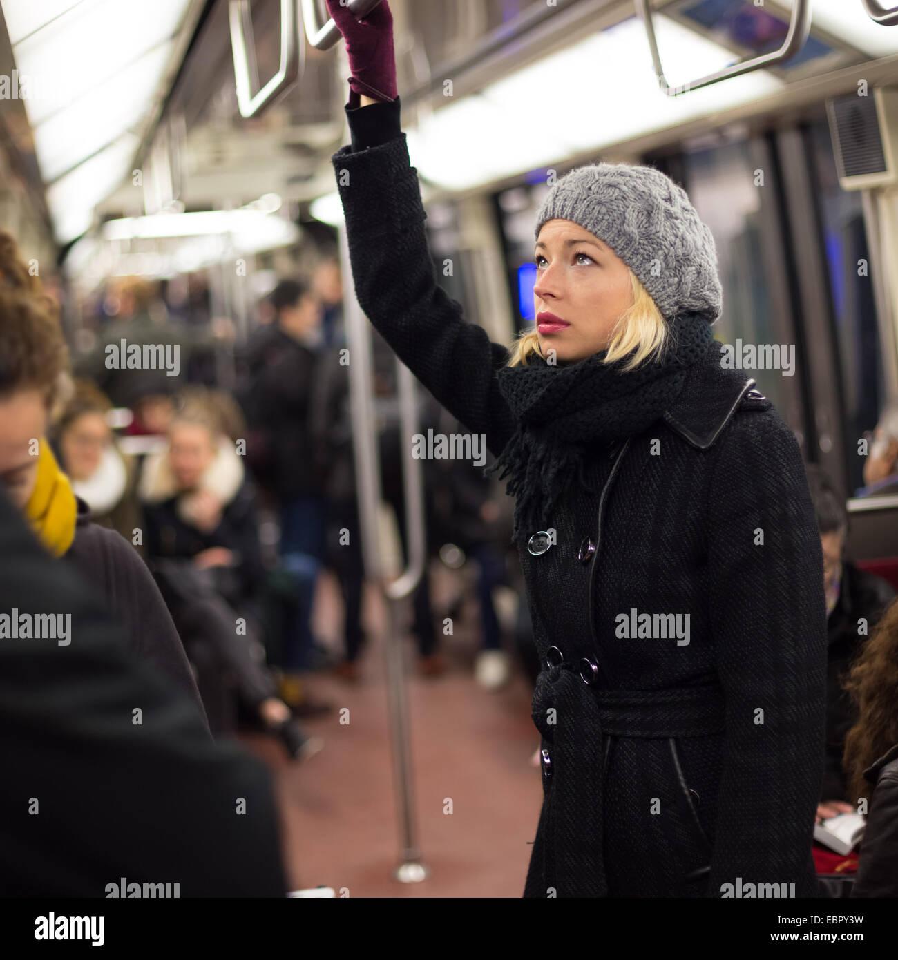 La mujer en el metro. Foto de stock