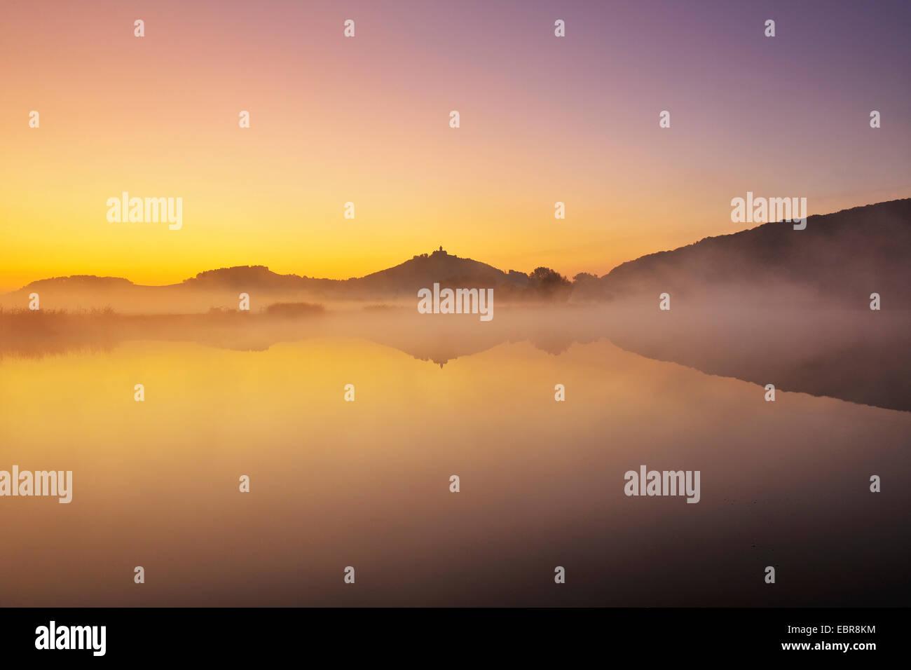 En la niebla de la mañana Wachsenburg reflejando en un lago, Alemania, Turingia, Drei Gleichen Imagen De Stock