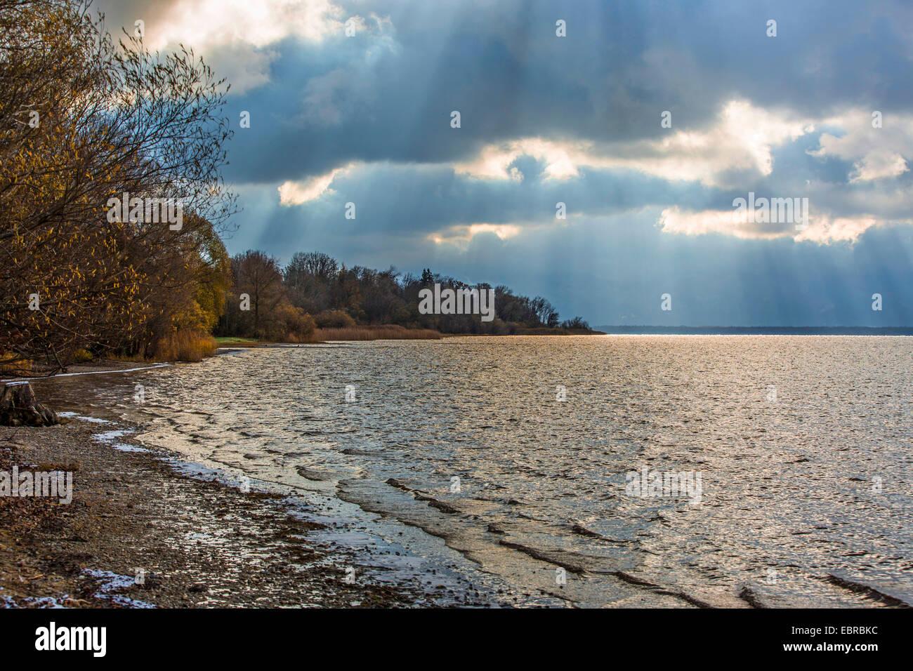 Acercándose a tormenta sobre Chiemsee, Alemania, Baviera, el lago Chiemsee Imagen De Stock