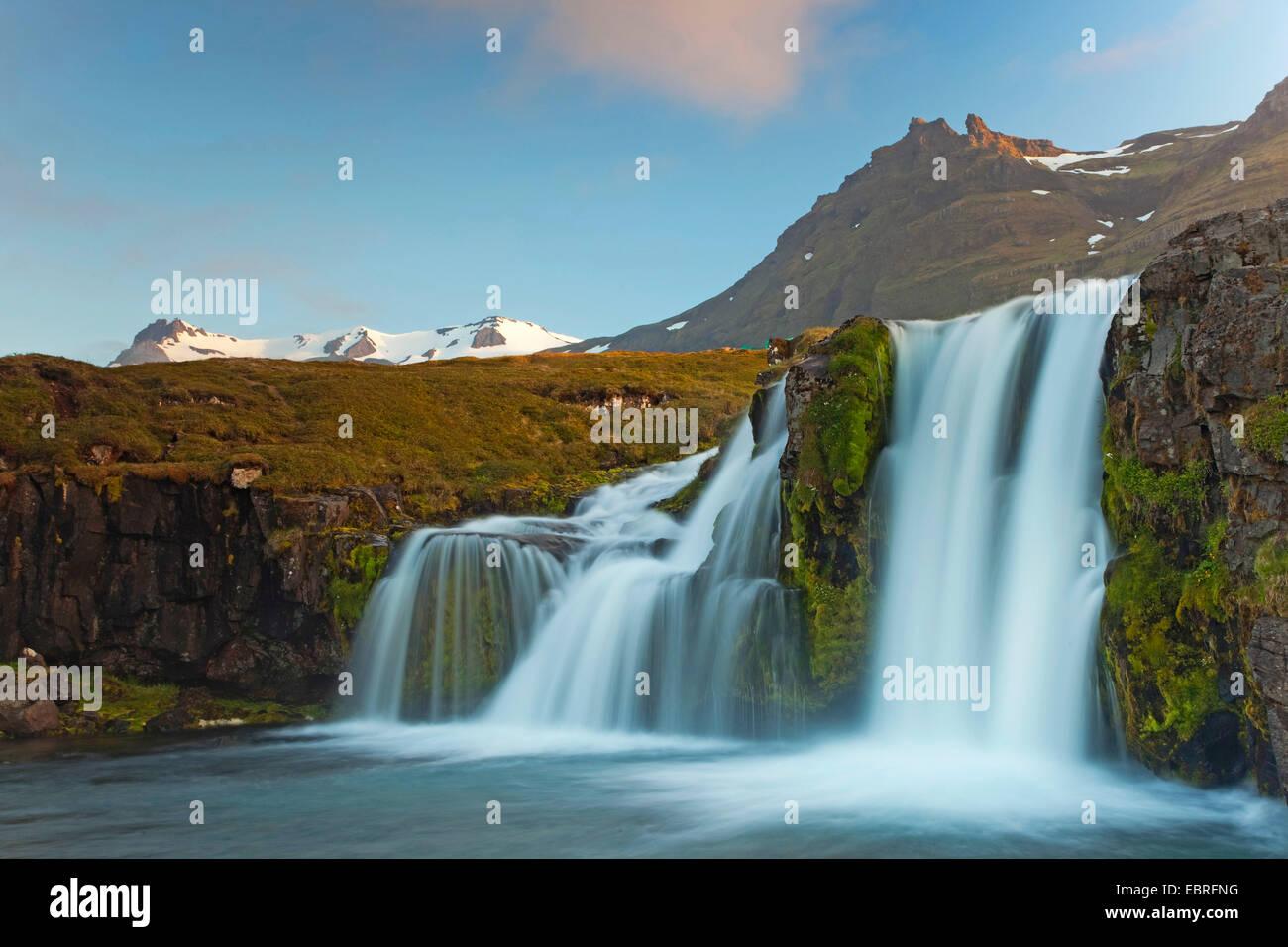 Cascada idílica que fluye desde el glaciar, Islandia, Snaefellsnes Imagen De Stock