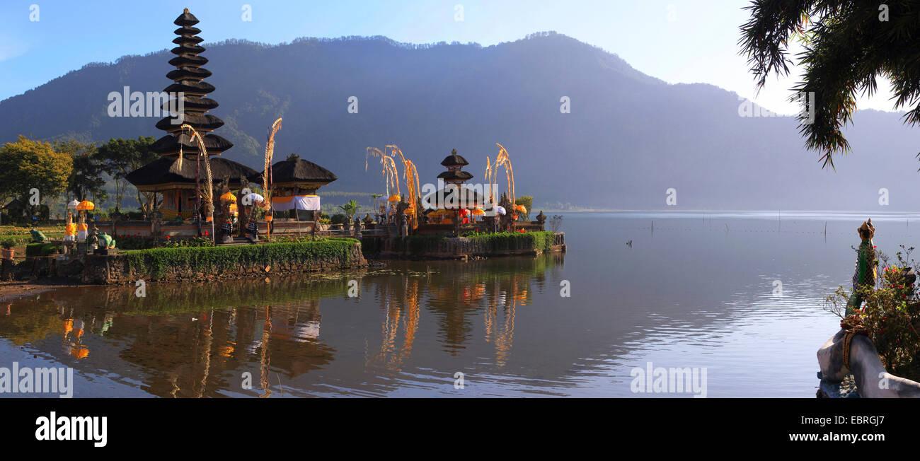 Pura Ulun Danu Bratan templo del agua en el borde del lago Bratan, Indonesia, Bali. Imagen De Stock