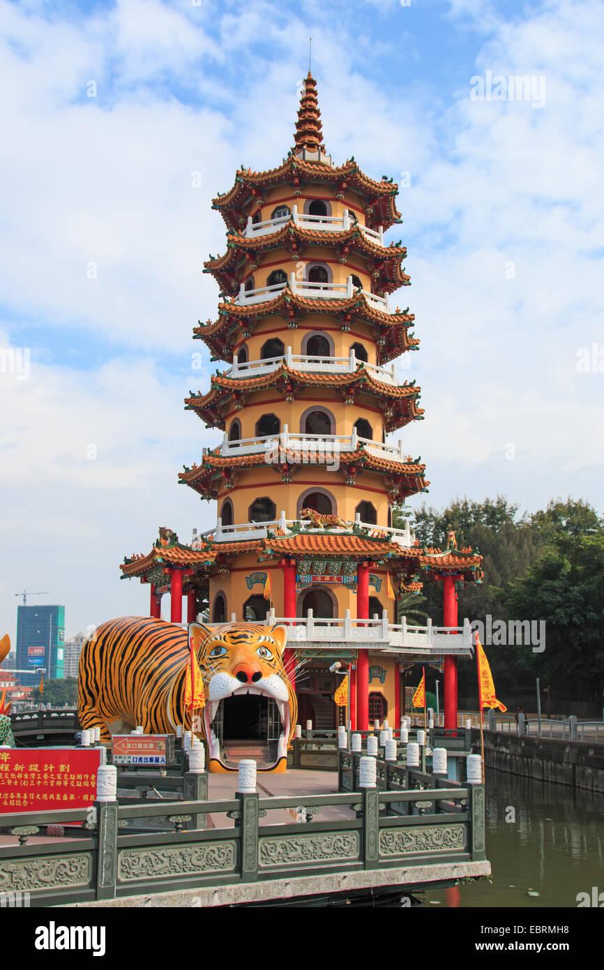 La Pagoda del Tigre en un estanque de loto, Kaohsiung, Taiwán Imagen De Stock