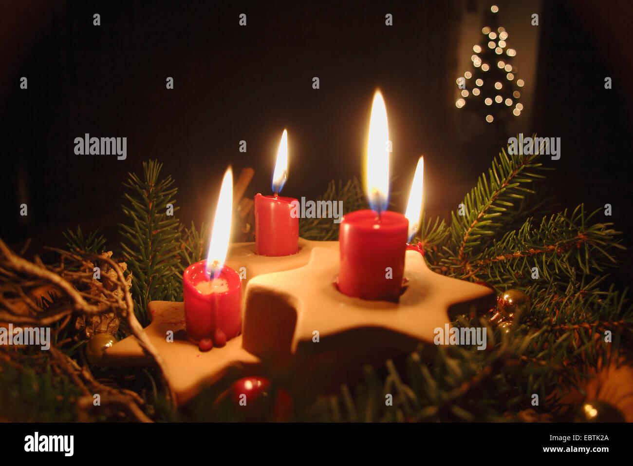 Cuatro velas rojas Foto de stock