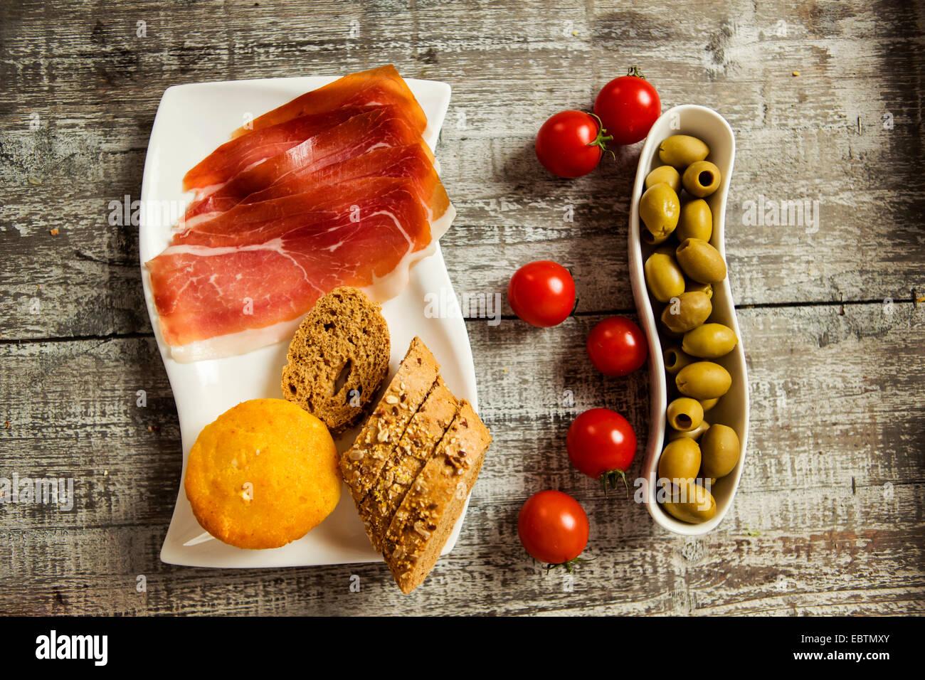 Alimentos frescos en la mesa Foto de stock