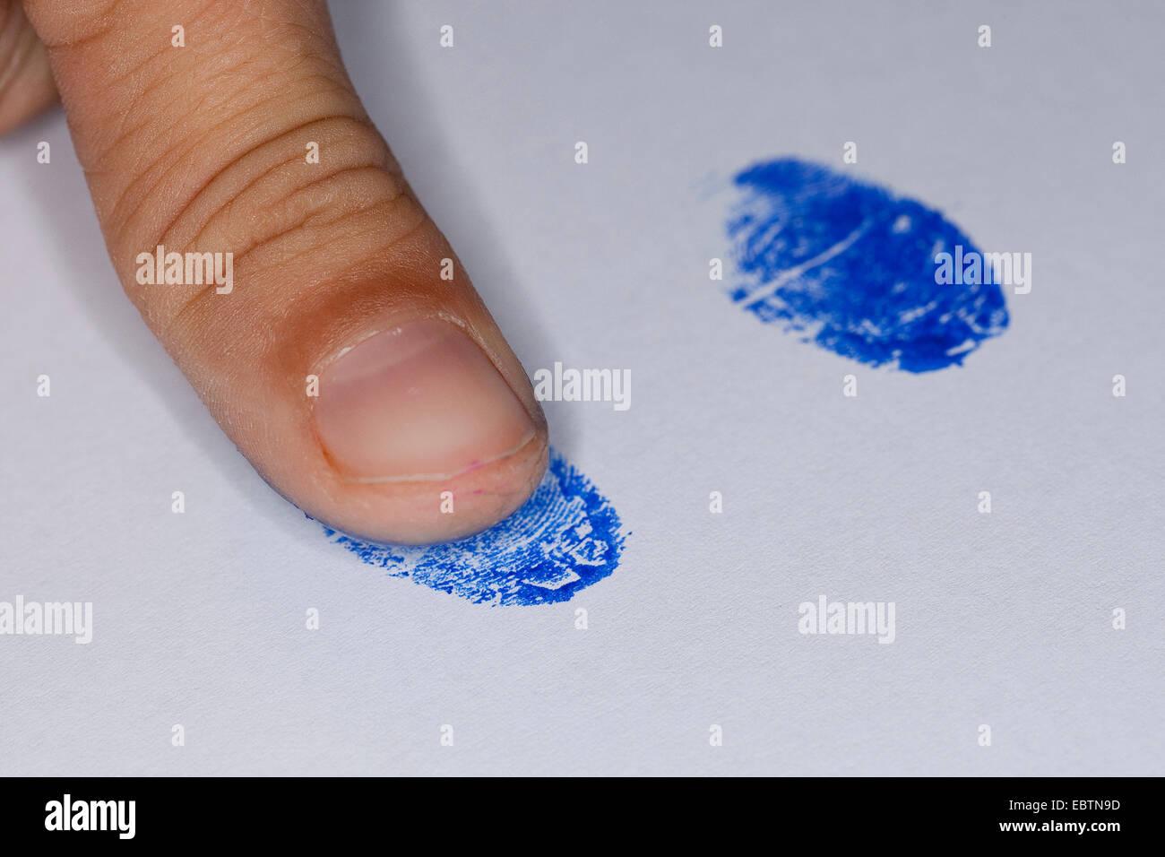 Fijo de huella dactilar con la tinta de una almohadilla de stam Imagen De Stock