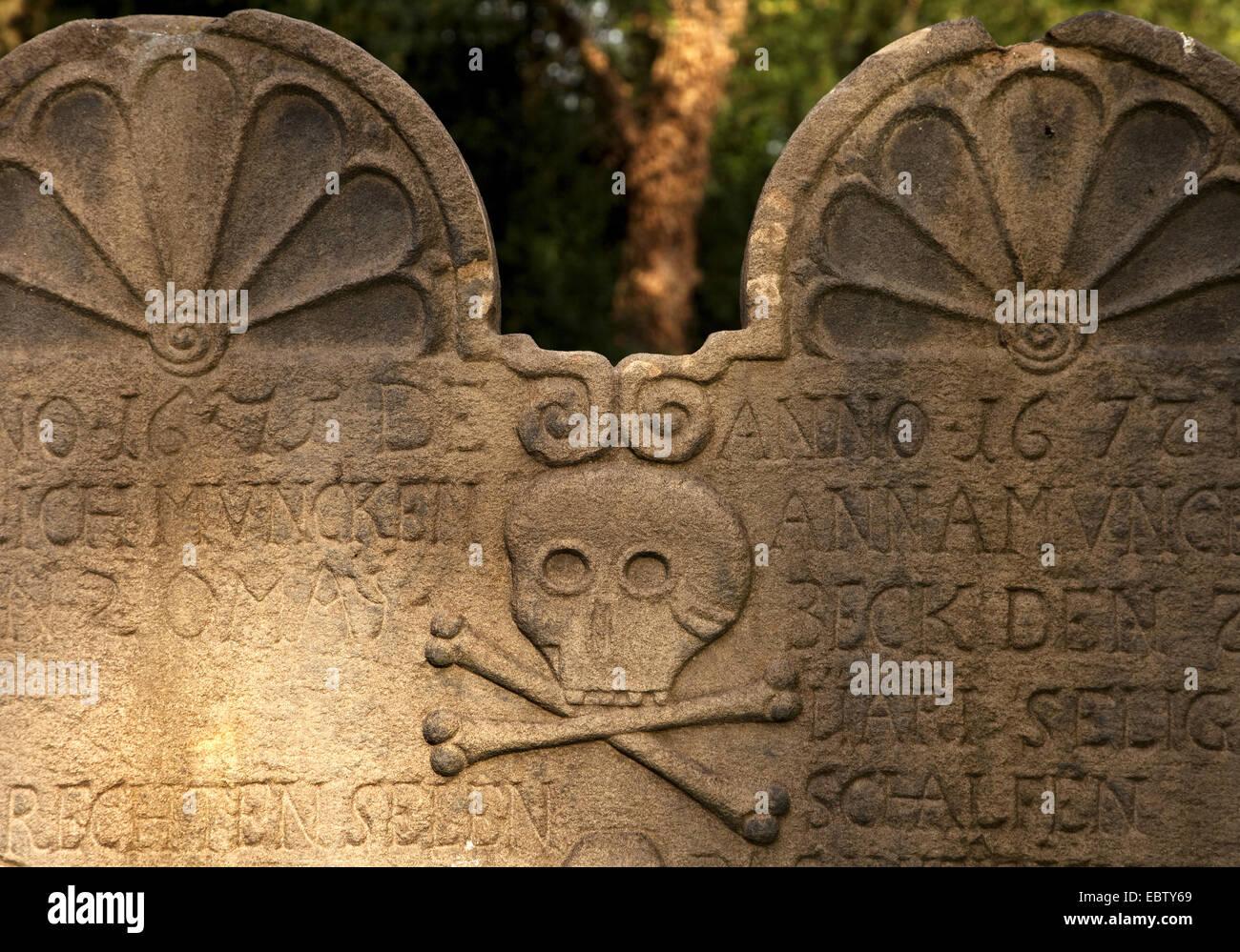 Detalle de la tumba en el cementerio de la antigua iglesia en Stiepel, Stiepeler Dorfkirche, Alemania, Renania del Norte-Westfalia, área de Ruhr, Bochum Foto de stock