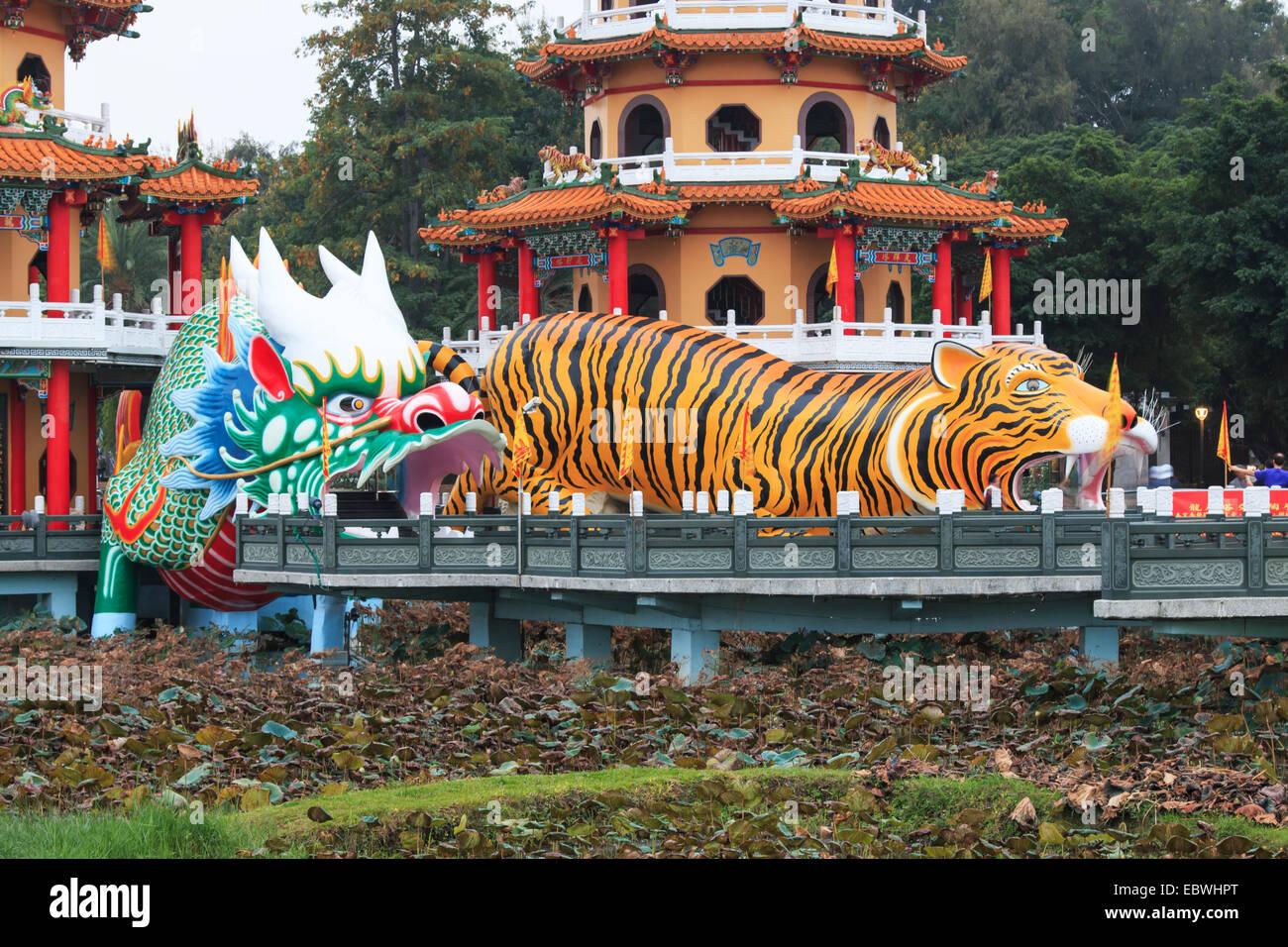 Tigre y Dragón Pagodas en Lotus Pond, Kaohsiung, Taiwán Imagen De Stock