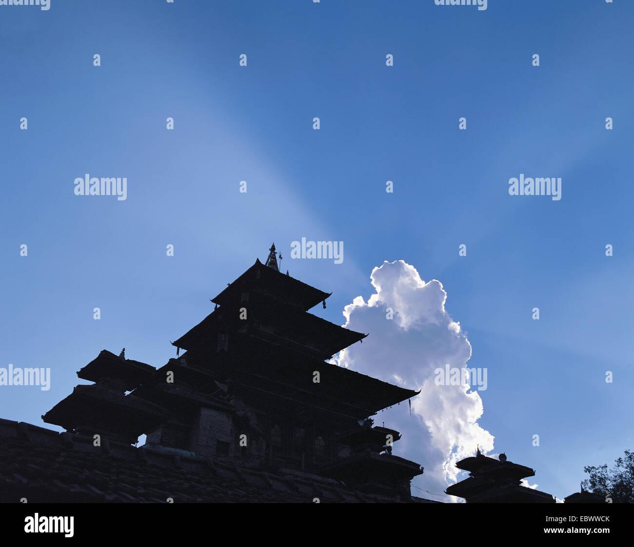 Templo pagodas de Durbar Square esbozadas contra las nubes y el cielo azul, Nepal, Katmandú Imagen De Stock