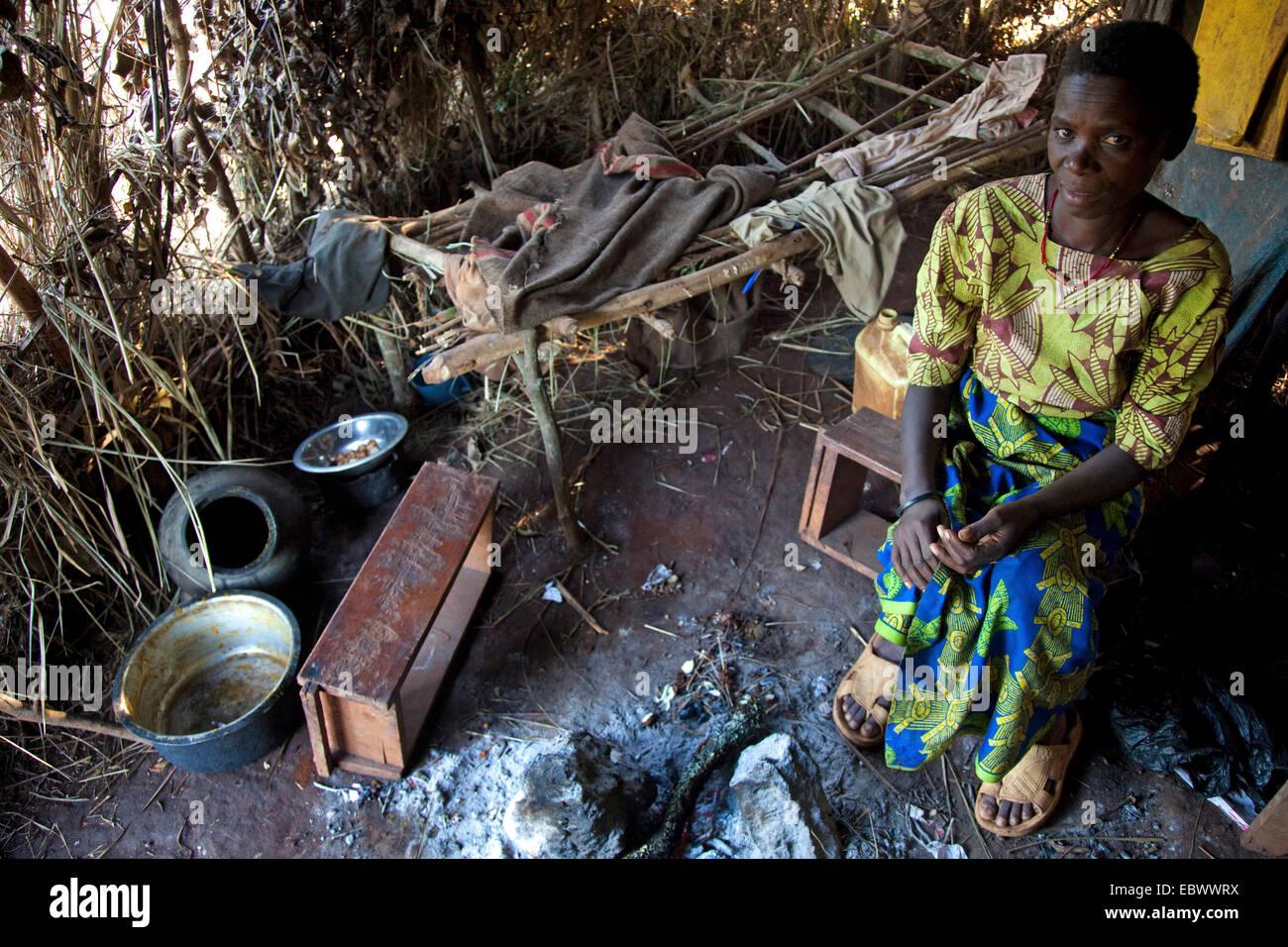 Viuda y madre de dos hijos, miembro de la minoría Batwa (pigmeos), sentado en su cabaña muy primitivo, Burundi, Foto de stock