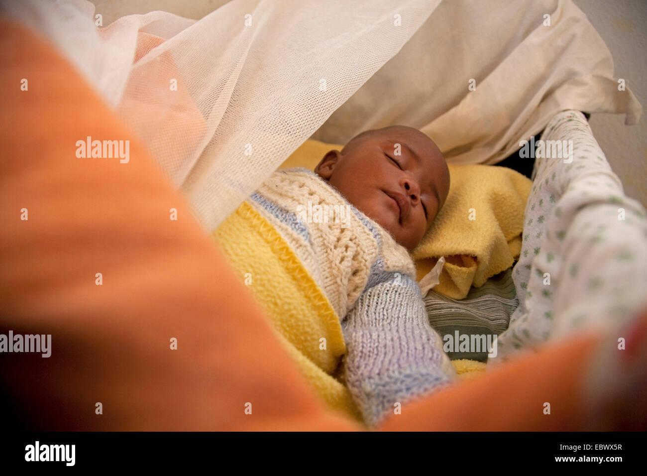 Poco huérfano durmiendo en cama, Burundi, Cankuzo, Cankuzo Imagen De Stock