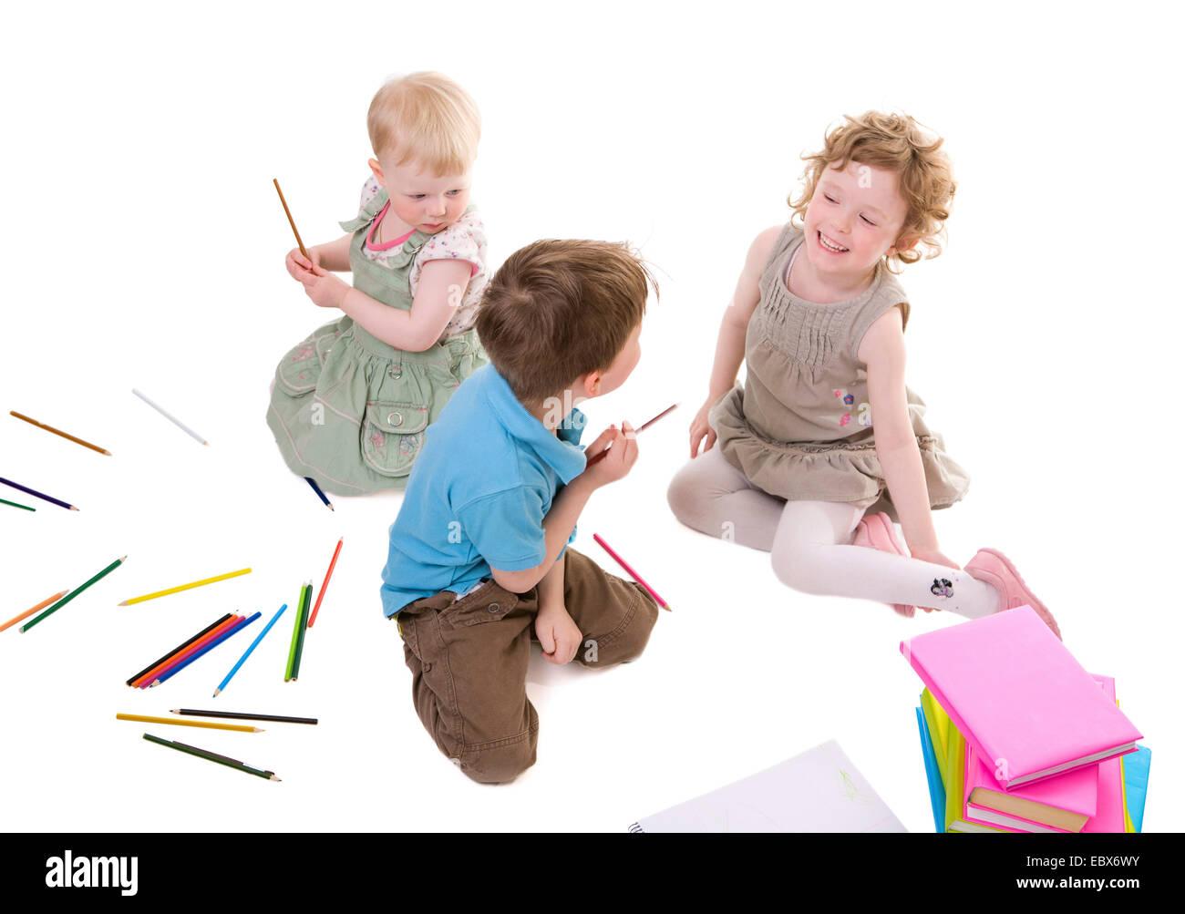 Los niños pequeños con lápices de dibujo Foto de stock