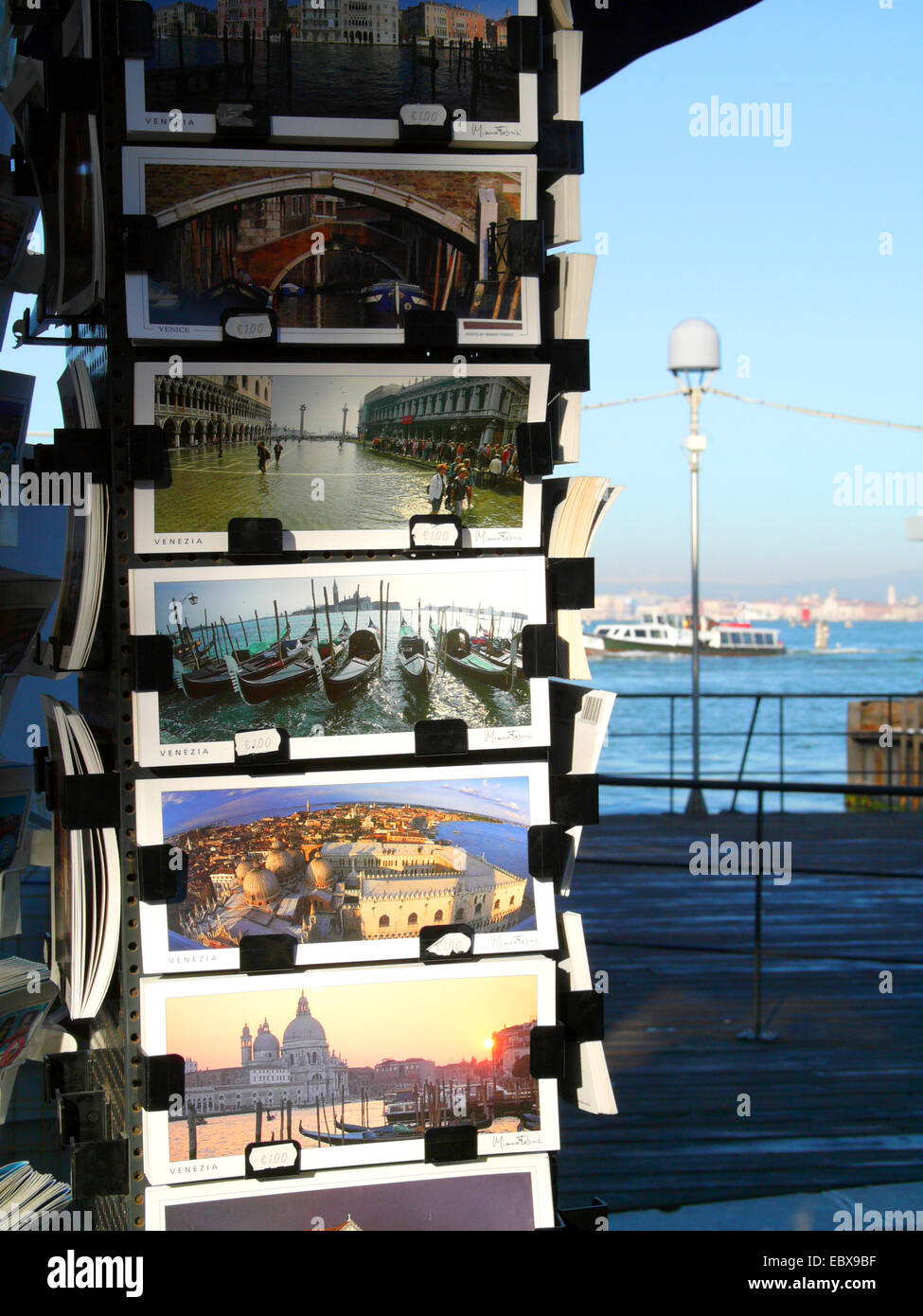 Lido di Venezia, souvenir stand con tarjetas postales, Italia, Venecia Foto de stock