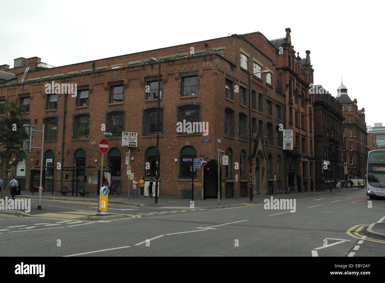 Cielo gris ver gran almacén antiguo edificio de ladrillos rojos 10d5d35bdfd