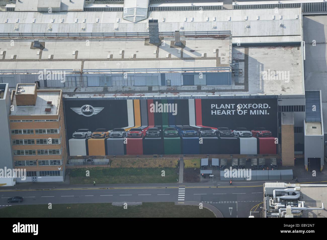 Una vista aérea de un cartel publicitario en la fábrica BMW Mini en Oxford Imagen De Stock