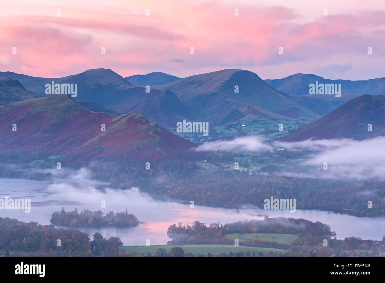 Misty amanecer sobre el agua y el Derwent Newlands Valley, Lake District, Cumbria, Inglaterra. Otoño (noviembre Imagen De Stock