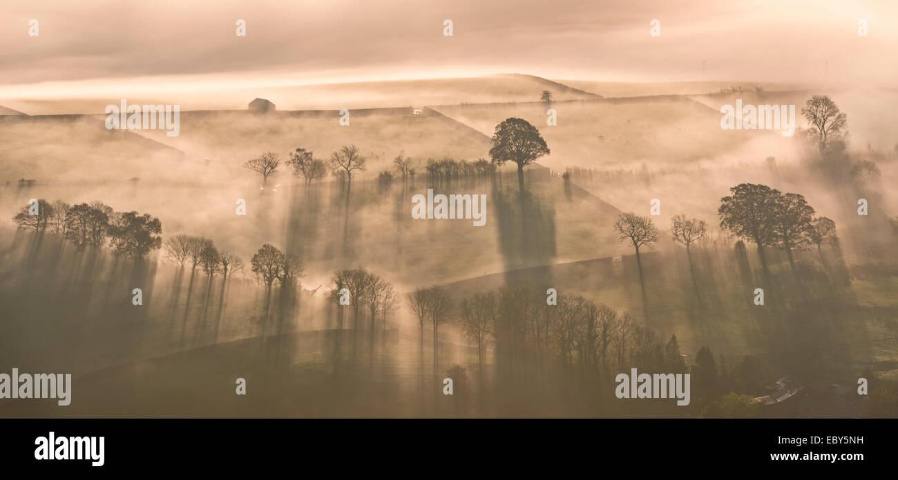 Temprano en la mañana neblina cubrió tierras de labrantío, Lake District, Cumbria, Inglaterra. Otoño (noviembre Foto de stock