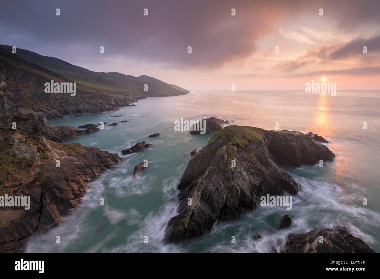 Puesta de sol sobre el norte de la costa de Devon, Inglaterra. La primavera (abril) de 2014. Imagen De Stock