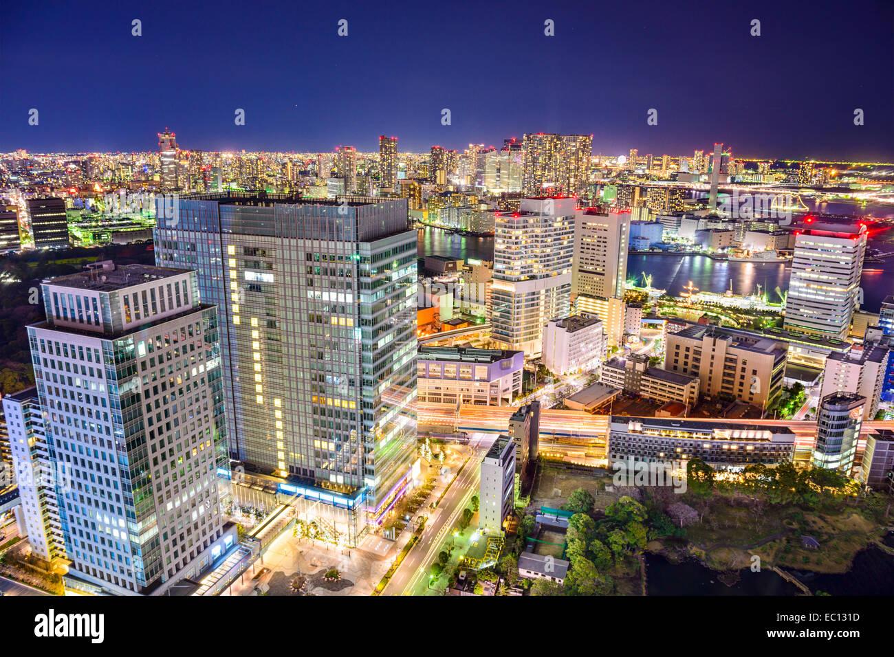 Tokio, Japón, el paisaje urbano de noche. Imagen De Stock