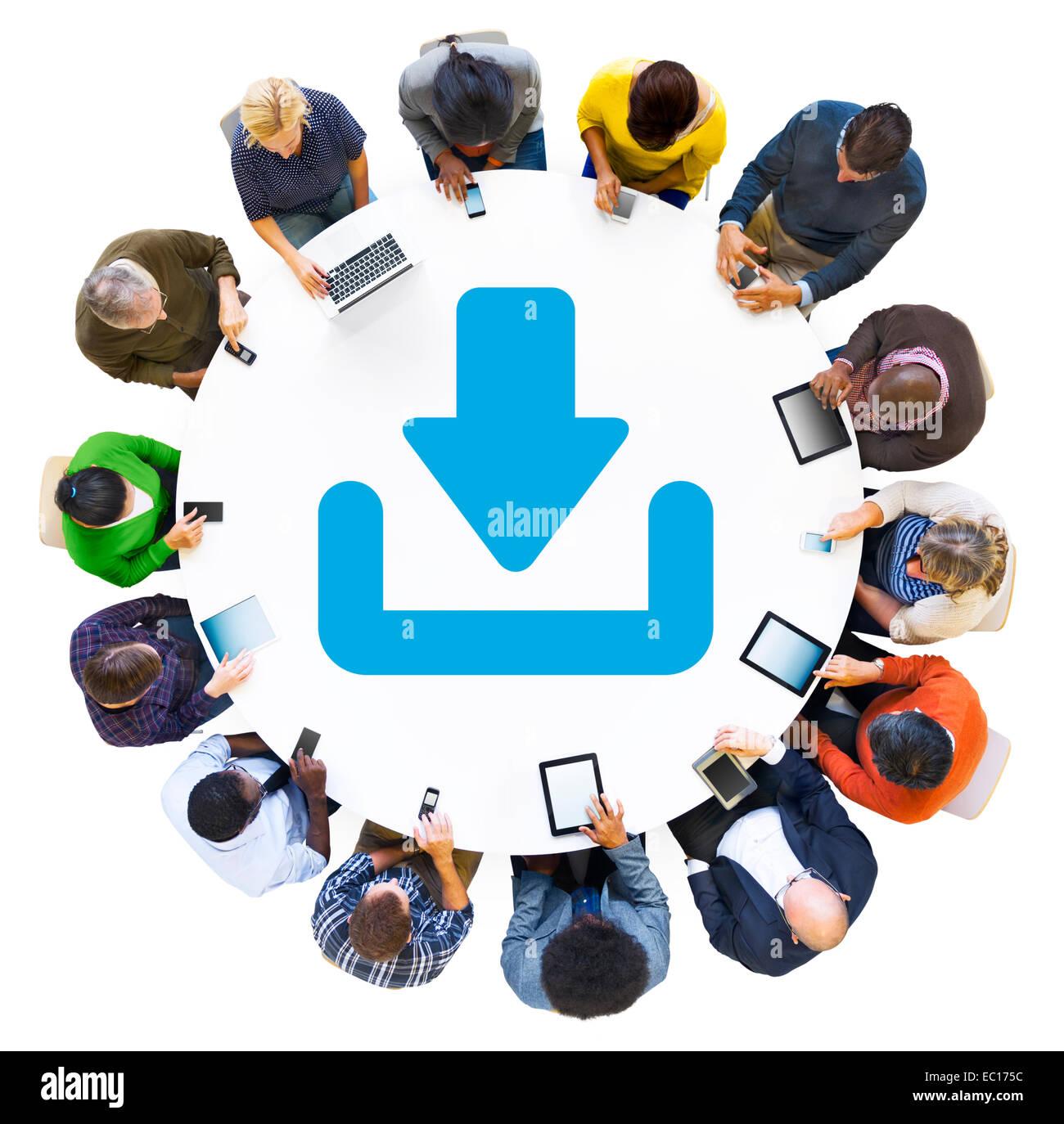 Diversas personas utilizando dispositivos digitales con símbolo Descargar Imagen De Stock