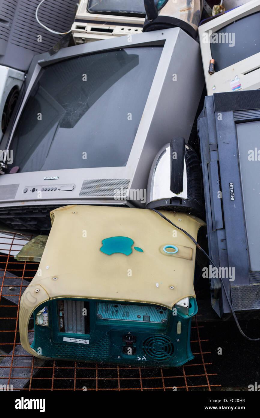 Un montón de residuos de aparatos eléctricos. Imagen De Stock
