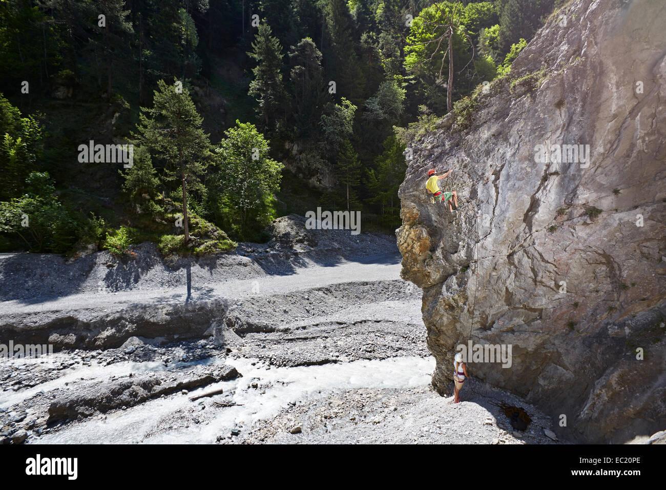 Deporte alpinista escalar una pared de roca, Ehnbachklamm Gorge, Zirl, Tirol, Austria Imagen De Stock