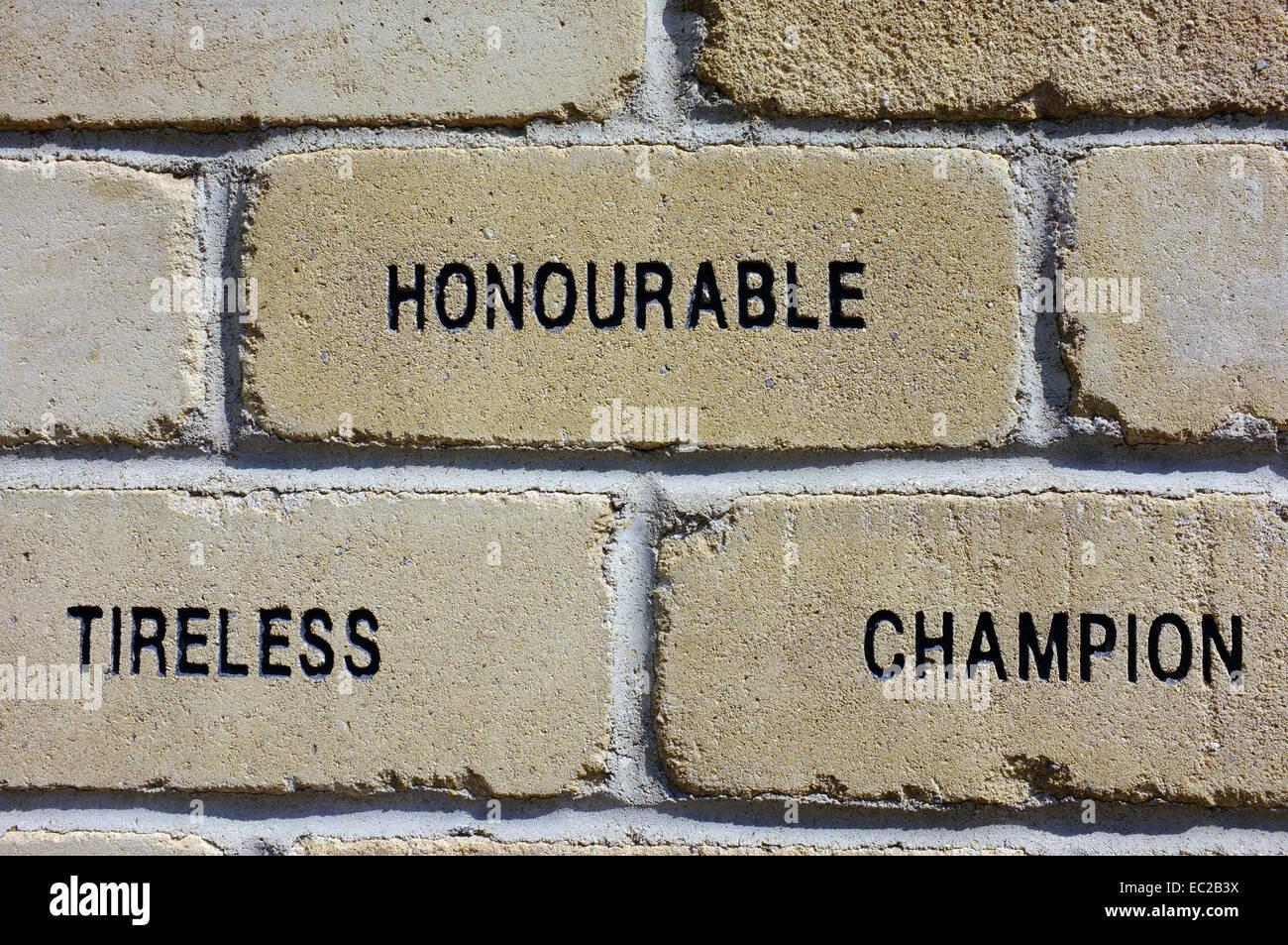 """Un ladrillo con las palabras """"Honorable, incansable y campeón' tallada en ella. Imagen De Stock"""