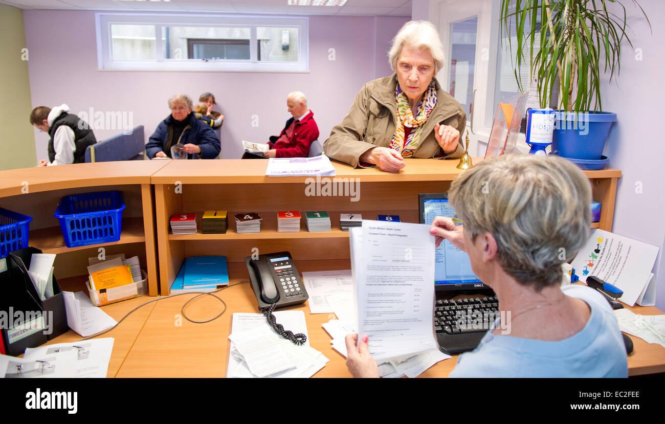 Una sala de espera del NHS y mostrador de recepción. Imagen De Stock