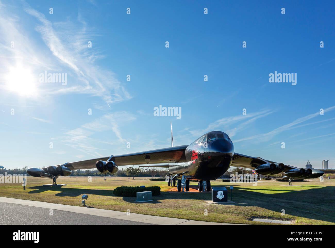 """B-52D Stratofortress """"Calamity Jane"""" en el acorazado USS Alabama Memorial Park, de Mobile, Alabama, EE.UU. Foto de stock"""
