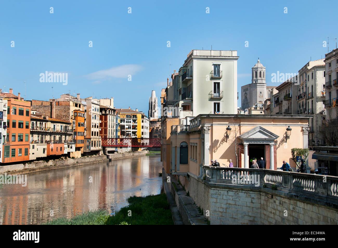 Girona casas colgadas sobre el Río Onyar ( Catedral y campanario de Sant Feliu iglesia ) Girona Cataluña Imagen De Stock
