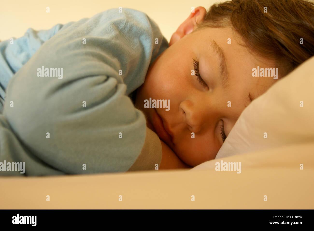 Niño durmiendo pacíficamente Imagen De Stock